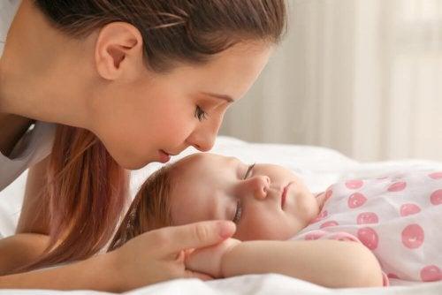 Mamma con bimbo addormentato