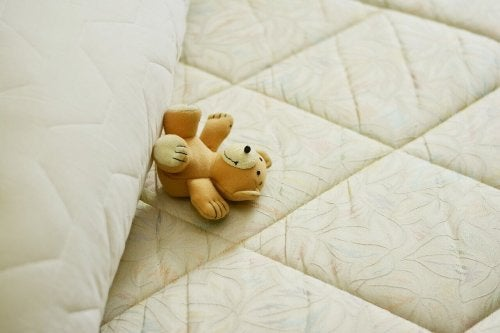 Materasso e orsetto di peluche