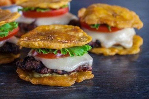Patacones venezuelani: deliziose frittelle di platano farcite