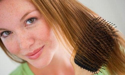Donna che si pettina i capelli rossi
