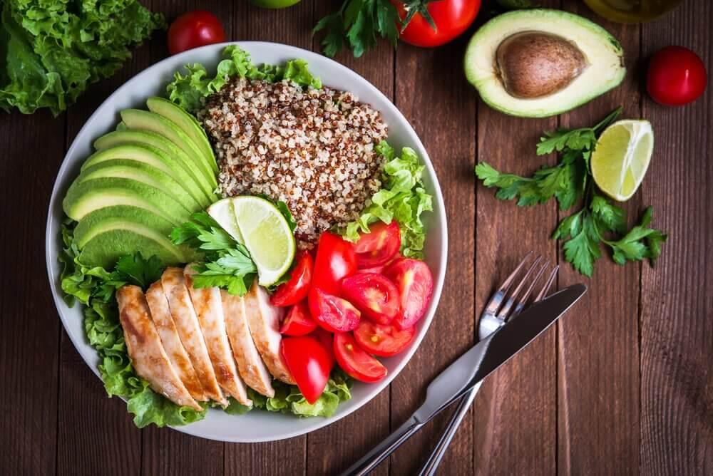 Quinoa, pollo, verdure, avocado