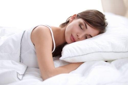 Ragazza che dorme su un cuscino morbido