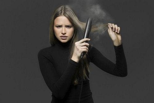 Lisciare i capelli senza piastra: 4 metodi imperdibili