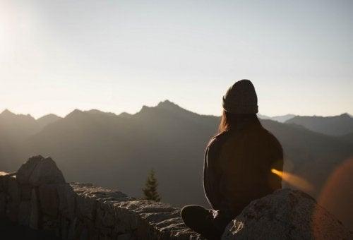 Ragazza che medita in montagna