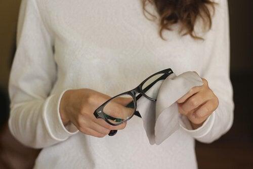 Rimuovere i graffi dagli occhiali con 6 trucchi