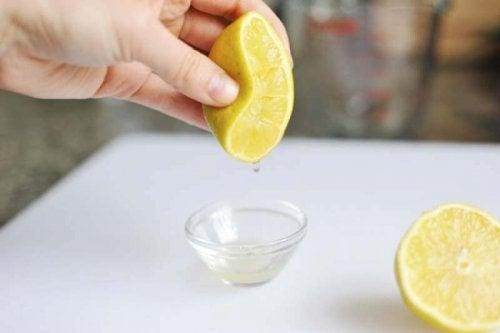 Sgrassare con il limone