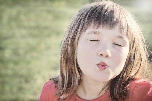Perché non bisogna obbligare i bambini a dare baci
