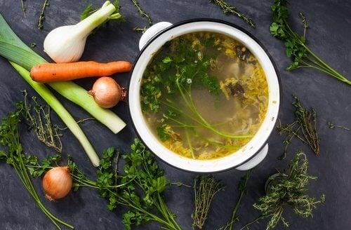Ortaggi e pentola con zuppa di verdure