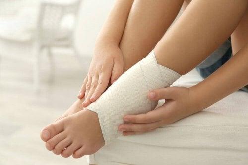 Distorsione alla caviglia: 5 rimedi contro il dolore