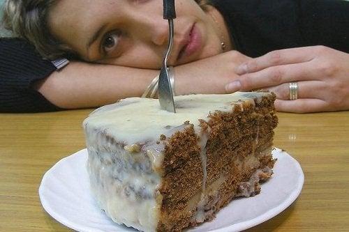 Donna con fetta di torta