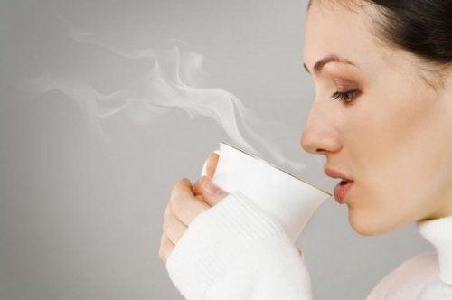 Donna che beve tè