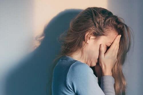 Donna che piange disperata.