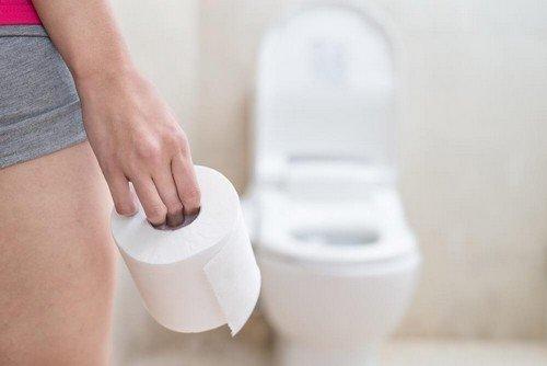 Donna con rotolo di carta igienica
