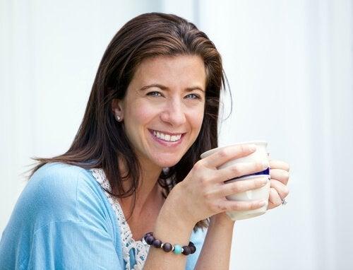 Donna di mezza età che beve una tisana