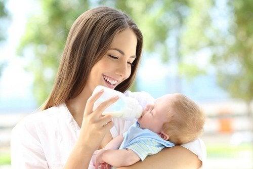 Mamma che allatta con biberon