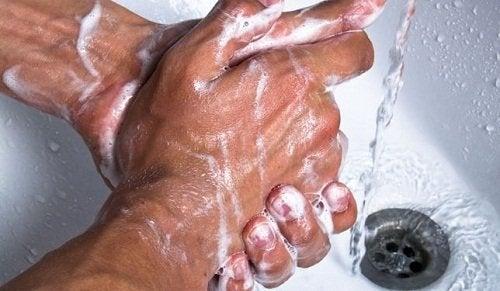 Mani insaponate al lavandino