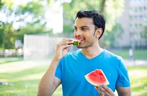 Mangiare lentamente e masticare