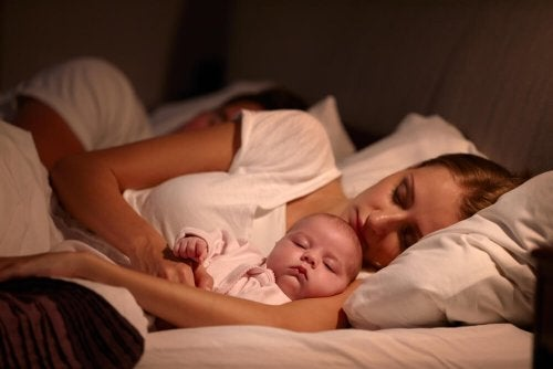 Neonato dorme con i genitori