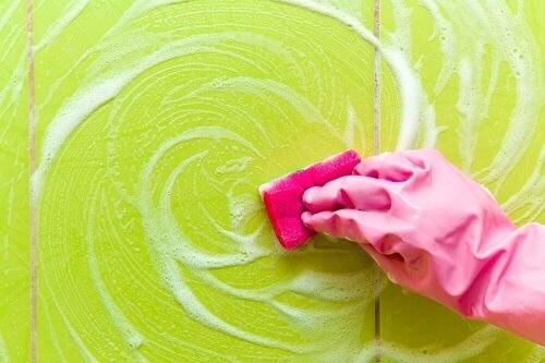 Trucchi per eliminare i residui di sapone dalla doccia