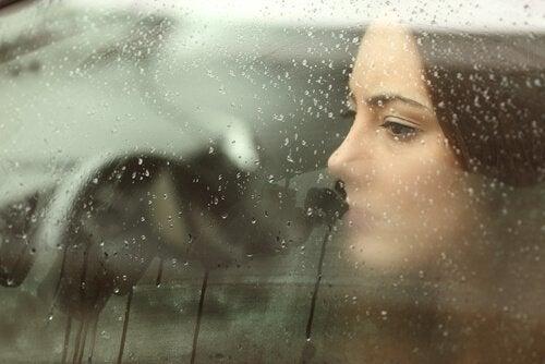 Ragazza triste guarda fuori dal finestrino