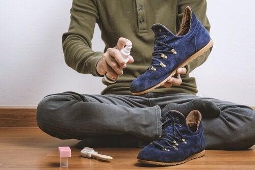 Uomo pulisce le scarpe