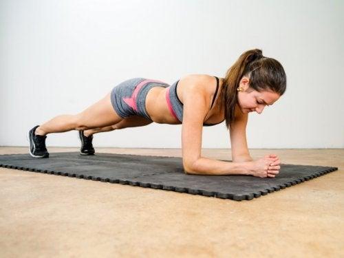Donna fa plank