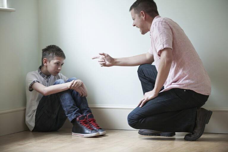 Adulto sgrida un ragazzino