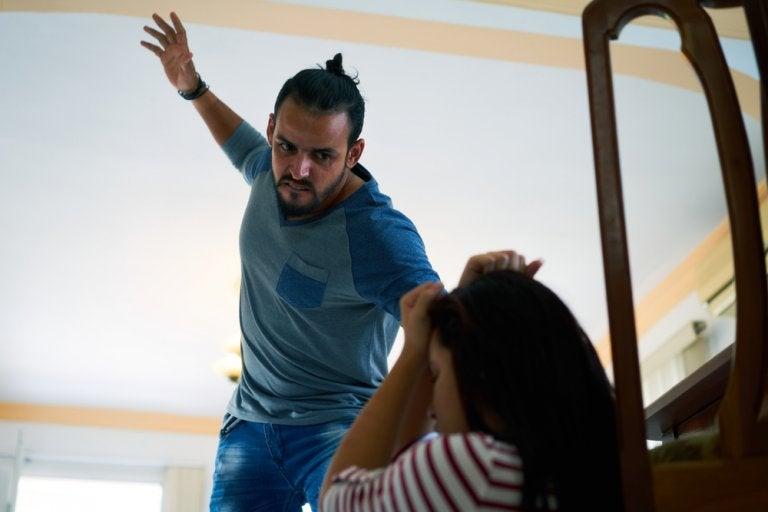 Padre violento picchia la figlia adolescente