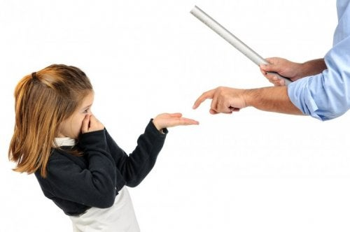 Uomo picchia bambina sulla mano