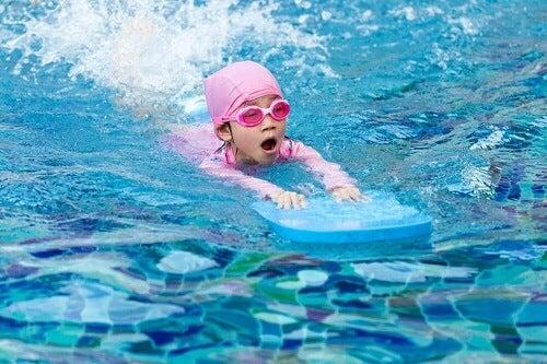 Come insegnare ai bambini a nuotare: consigli ed esercizi