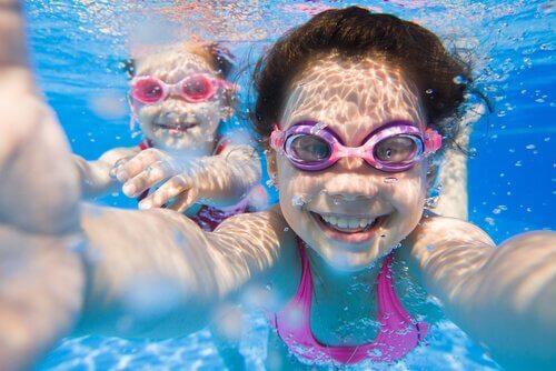 Bambine che nuotano sott'acqua