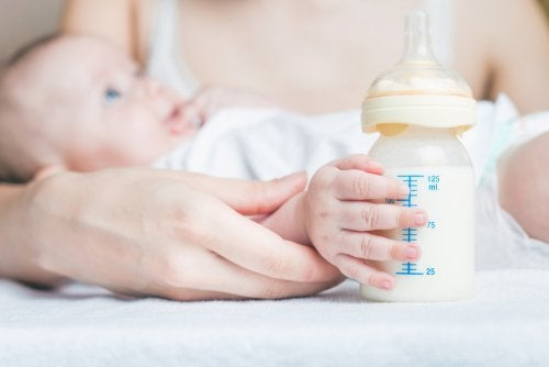 Dare biberon al neonato
