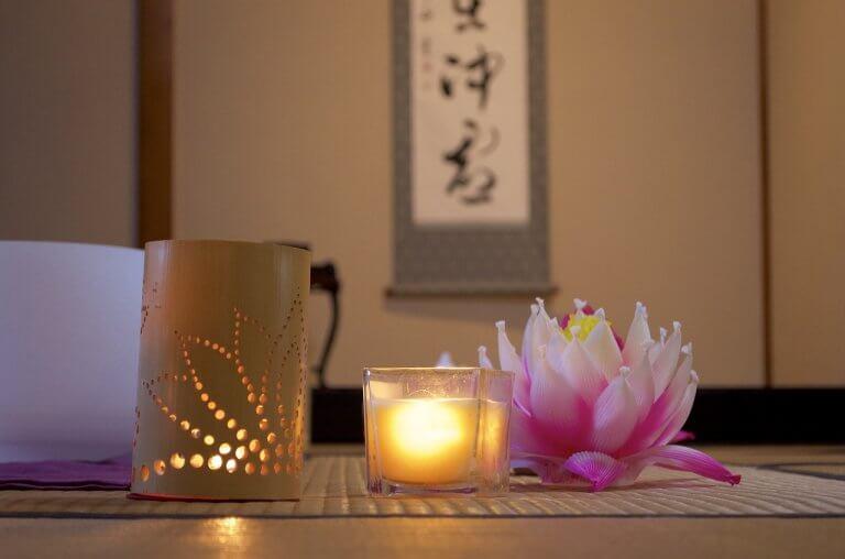 Portacandela con decorazione a forma di fiore di loto