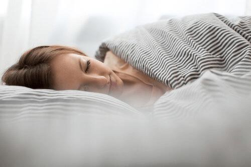 Donna che riposa su cuscino