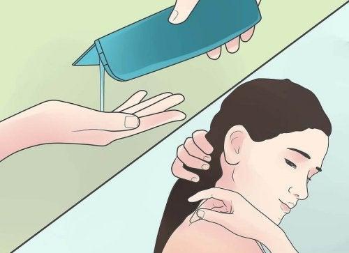 Donna e mani che versano lo shampoo