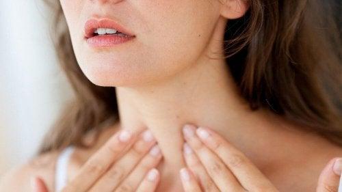 Donna esegue un autocontrollo della tiroide