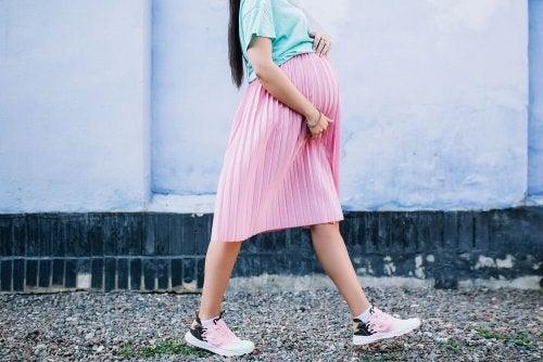Donna incinta che cammina