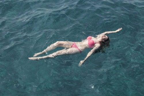 Imparare a nuotare in mare in pochi passaggi