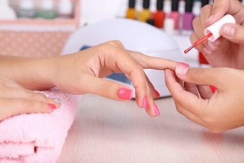 Forma delle unghie e smalto: cosa rivelano?