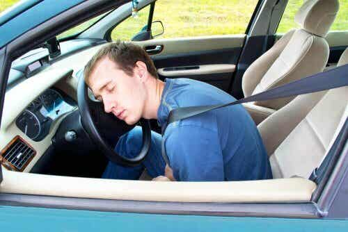 9 consigli per non addormentarsi al volante