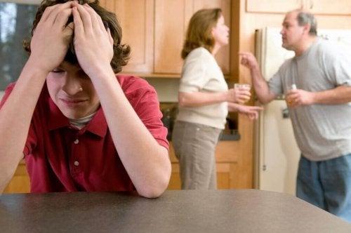 Genitori che discutono e figlio stanco
