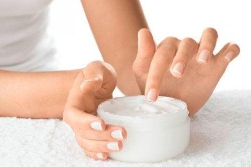 Crema idratante per unghie