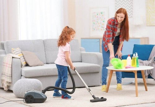 Madre e figlia pulizie domestiche.