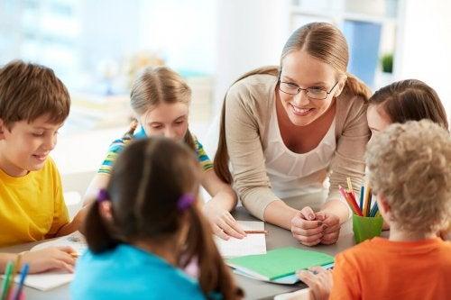 Maestra con gruppo di bambini