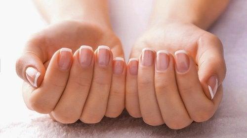 Mani femminili con unghie curate