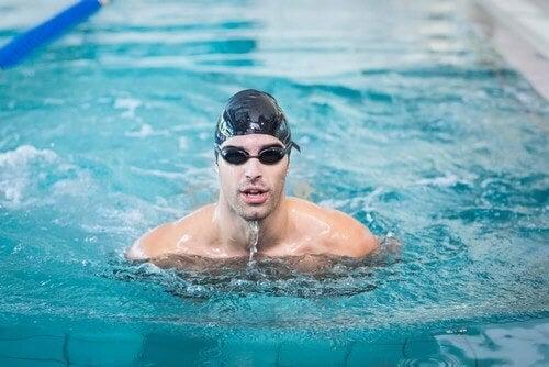 Nuotare in piscina: il luogo ideale per imparare
