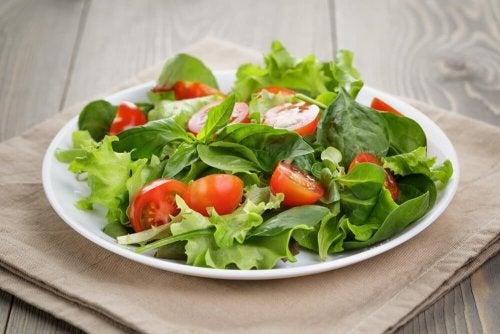 Piatto con insalata mista