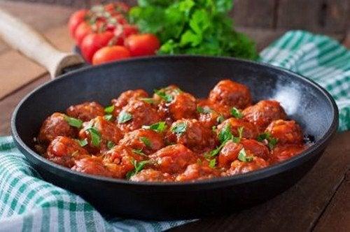 Polpette di avena e formaggio in salsa piccante