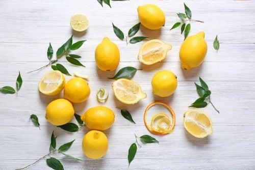 Limoni interi e a metà