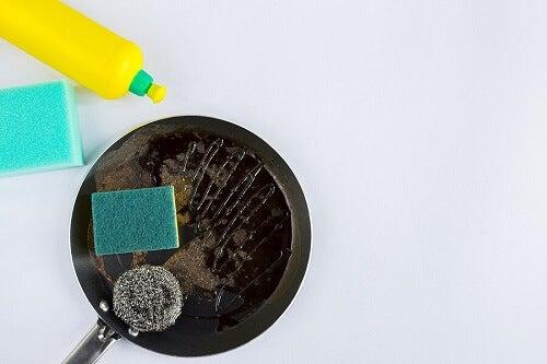 Padelle bruciate: trucchi per pulirle